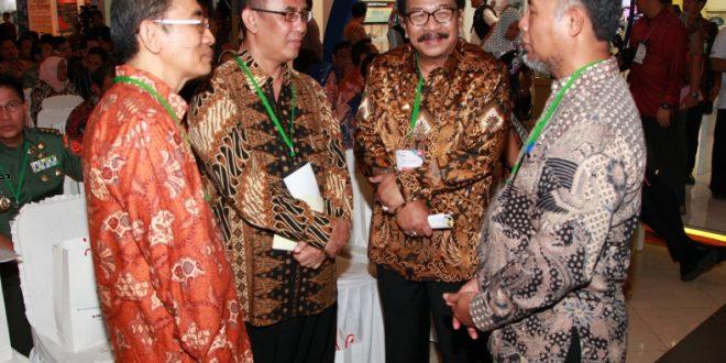 Gubernur Jatim Soekarwo saat berbincang dengan Wakil Ketua KPK Bambang Widjayanto sebelum mengikuti Festival Antikorupsi 2014