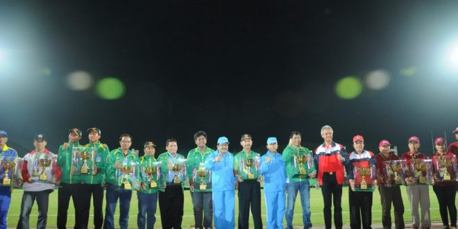 Pakde Karwo Bersama Gub Jateng Ganjr Pranowo Berfoto Bersama Para Kontingen Pemenang PON Remaja 1 Tahun 2014 Jatim