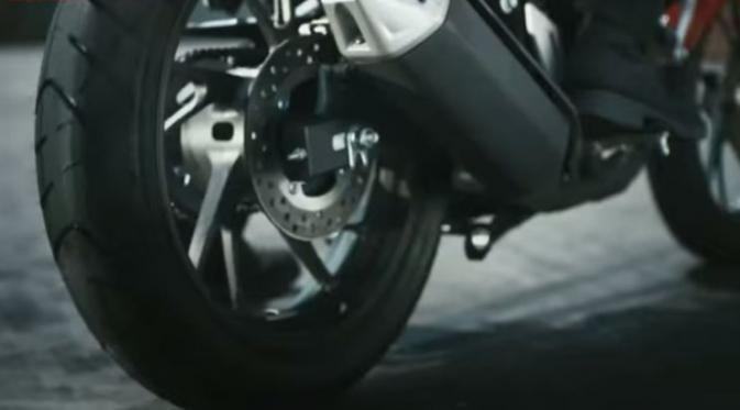 Dari video teaser terlihat Honda CB 150R menggunakan desain palang 10 dengan bentuk dasar seperti huruf 'Y'. desain dari velg baru ini seperti mengadopsi desain velg yang digunakan pada Honda CBR 1000RR dan juga desain velg yang digunakan pada Honda Sonic 150. Velg belakangan menggunakan ukuran yang lebih lebar. Penggunaan ban besar semakin mempertegas betapa tangguhnya Honda CB 150R sebagai petarung jalanan. Velg bagian depan dilengkapi dengan piringan cakram yang lebih lebar membuat pengereman semakin pakem. Desain ini juga digunakan pada Honda sonic 150. Honda CB 150R yang sebelumnya memiliki knalpot bantet dengan bentuk bulat kini pada Honda CB 150R knalpot tersebut telah tergantikan dengan desain knalpot terbaru yang lebih panjang dan hexagonal. Knalpot terbaru ini dilengkapi dengan cover pelindung panas pada bagian atas. Sekilas knalpot baru ini terlihat seperti yang digunakan oleh pesaingnya, Yamaha V-ixion