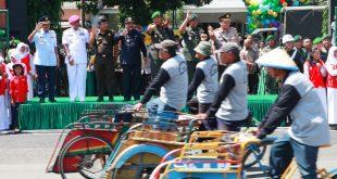 Gubernur Jatim Soekarwo bersama Pangdam V Brawijaya, Kapolda Jatim dan pimpinan unsur TNI menyaksikan tukang becak yang ikut memeriahkan Peringatan Hari Juang Kartika ke 69 yang digelar di Lapangan Rampal Kota Malang