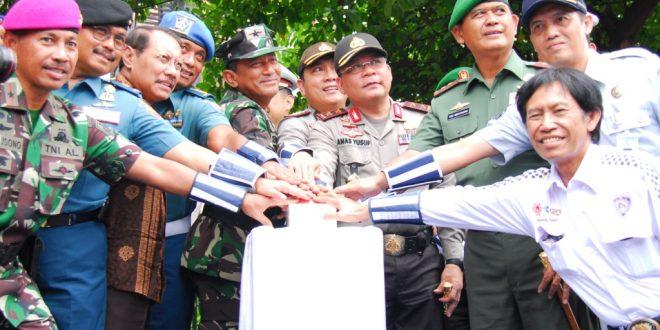 Sekda Prov Jatim beserta Forpimda Jatim menekan tombol sirine sebagai pertanda dimulainya Program Bersatu Keselamatan Nomor 1