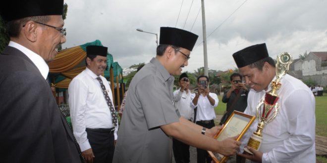 Wakil Gubernur Jawa Timur Menyerahkan Piagam dan Piala Pada Acara Hari Amal Bakti Mementerian Agama Ke - 69 Tahun 2015 di STSAIN Jember