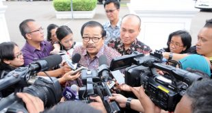 Gubenur Didampingi KaDisHun dan LLAJ Jatim Saat Menjawab Pertanyaan Wartawan Seputar Agenda Rapat Dengan Presiden di Istana Negara Jakarta