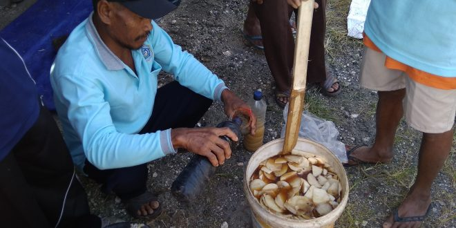 Gunakan Bahan Lokal, Peserta SL-IPDMIP Kalitengah Bikin Pupuk NPK Cair